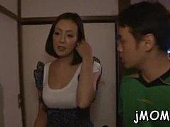 Mollige japanische MILF mit baumelnden Titten Yuko Iijima fickt mageren Kerl